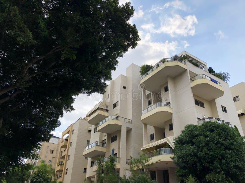 REHOVOT, ISRAELE - 26 agosto 2018: Edificio residenziale ed alberi in Rehovot, Israele immagini stock