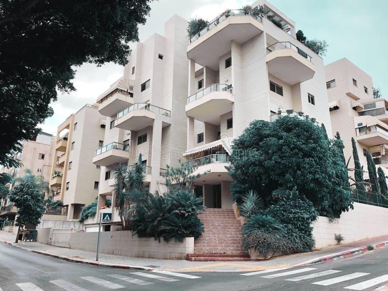 REHOVOT, ISRAELE - 26 agosto 2018: Edificio residenziale ed alberi in Rehovot, Israele fotografie stock libere da diritti