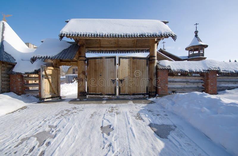 Reißen Sie Tor der Kirche von Panteleimon der Heiler am medizinischen hin stockfotografie
