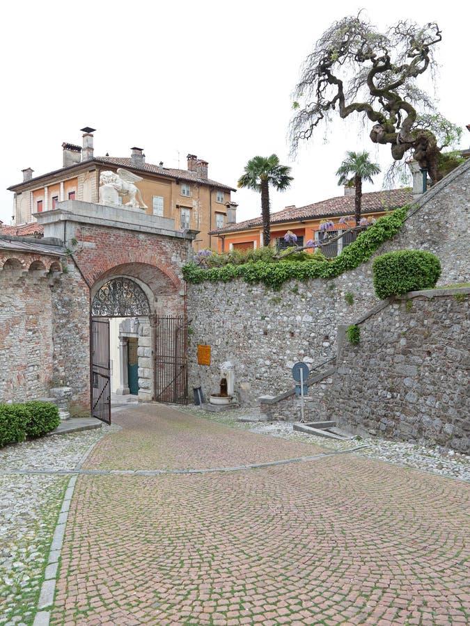 Reißen Sie Tor des Schlosses von Udine, Italien hin lizenzfreie stockfotos