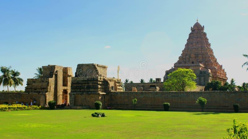 Reißen Sie Weise mit Wiese an der Sonnenuntergangansicht des alten Brihadisvara-Tempels in Gangaikonda Cholapuram, Indien hin stockfotografie