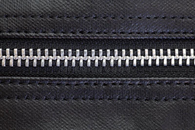 Reißverschluss auf schwarzer Ledertasche stockbild