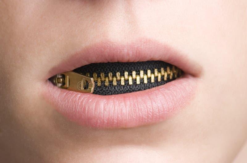 Reißverschluss im Mund der jugendlichen Person lizenzfreie stockfotos