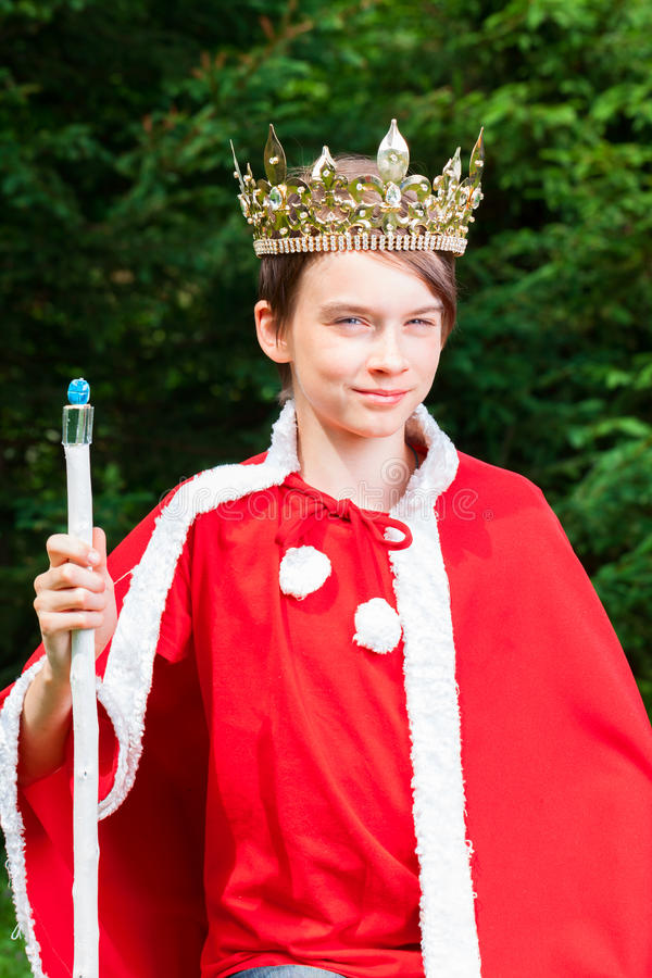 Rei ativo vestindo da coroa do menino adolescente foto de stock royalty free