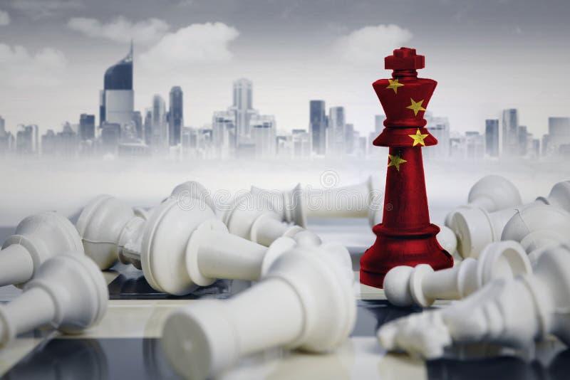 Rei da xadrez com a bandeira de China que derrota a xadrez branca ilustração stock