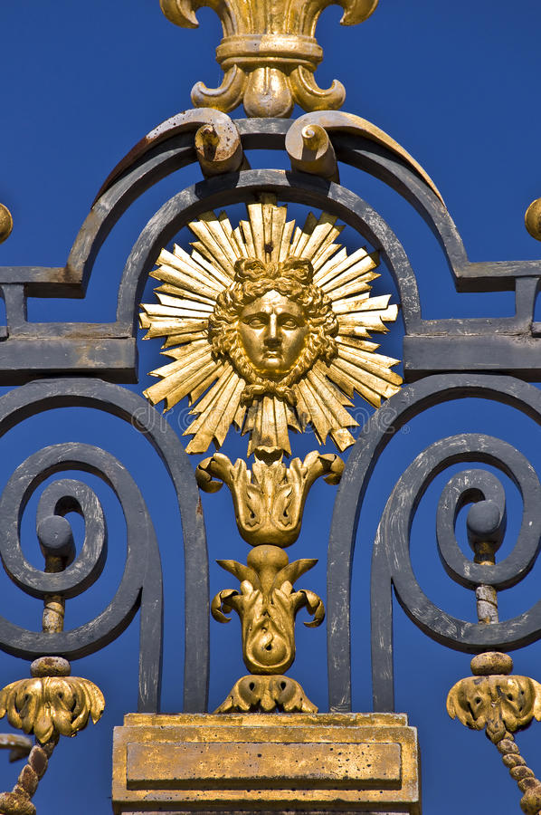 Rei de The Sun, detalhe da porta do metal do castelo de Versalhes, Paris fotografia de stock