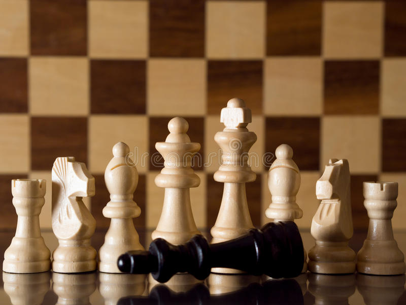Rei derrotado da xadrez imagens de stock