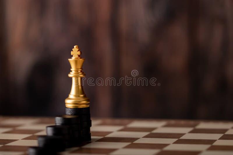 rei do ouro na microplaqueta da etapa a bordo foto de stock royalty free