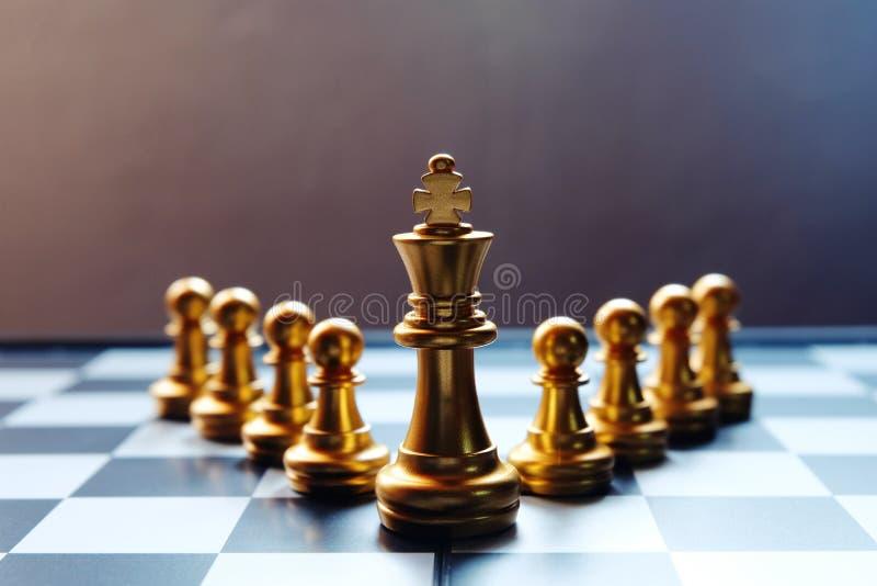 Rei dourado da placa de xadrez na primeira fila Conceito da liderança fotos de stock royalty free