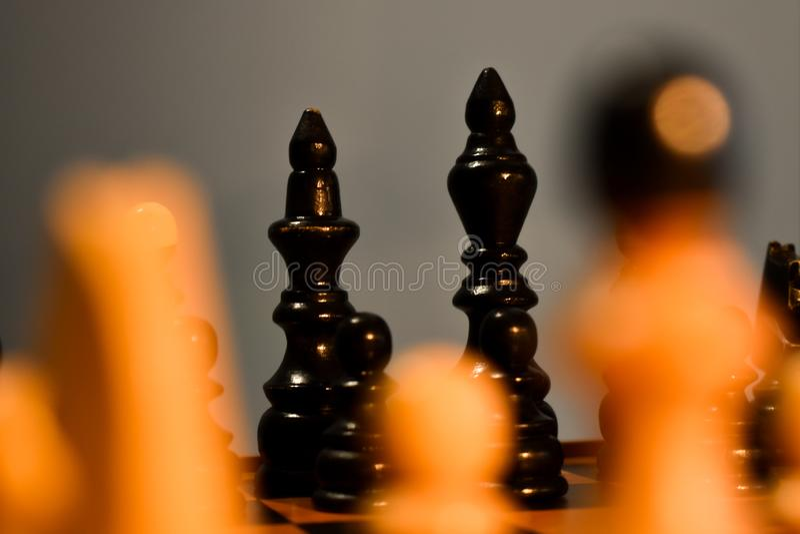 Rei e rainha do preto do tabuleiro de xadrez no foco fotos de stock royalty free