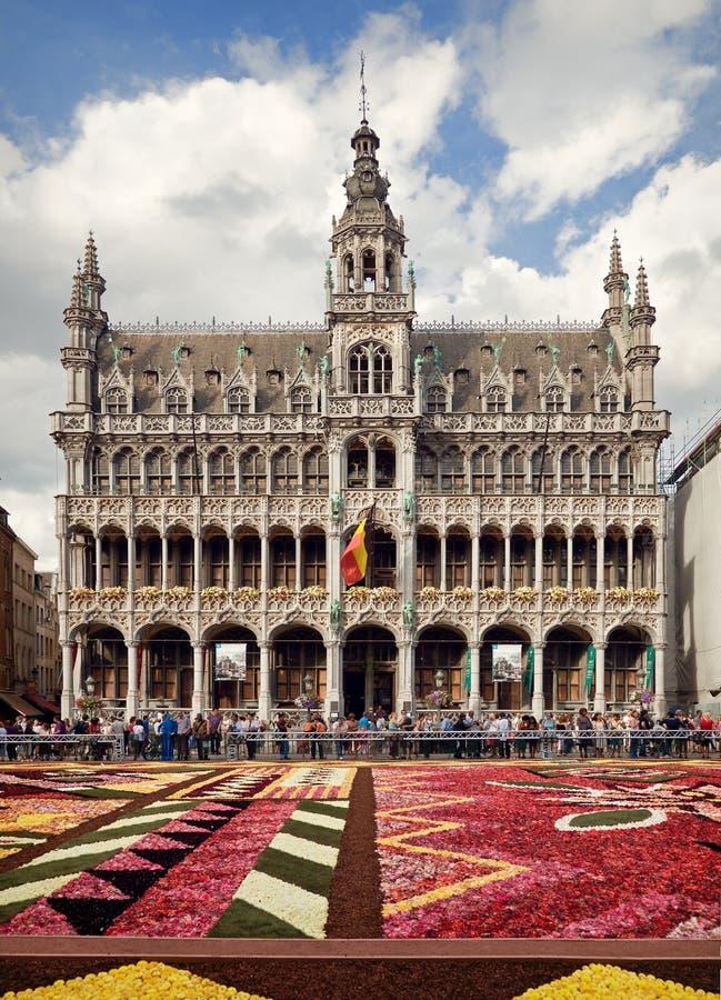Rei House ou Het Broodhuis em Grand Place de Bruxelas atrás do tapete da flor imagens de stock royalty free