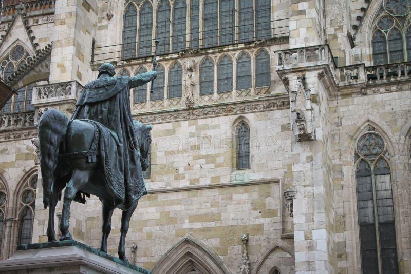 Rei Ludwig Statue pela catedral de Regensburg fotos de stock royalty free