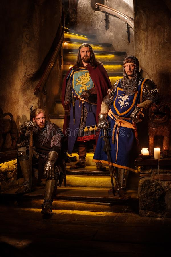 Rei medieval com seus cavaleiros no interior do castelo foto de stock