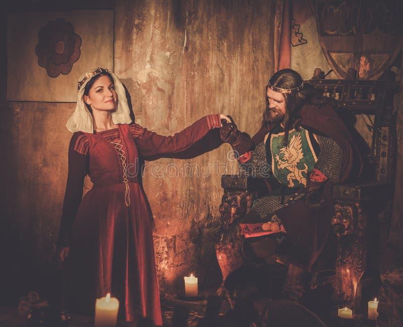 Rei medieval com sua rainha no interior do castelo imagem de stock