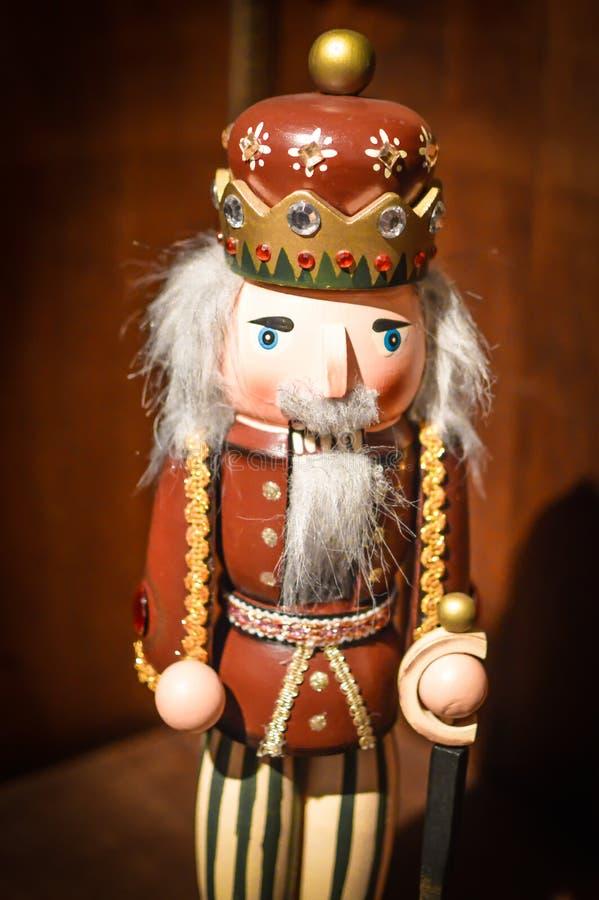 Rei Nutcracker Christmas Decoration de Brown e de ouro fotos de stock