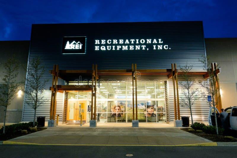 REI Storefront en la oscuridad en Salem Oregon imagenes de archivo