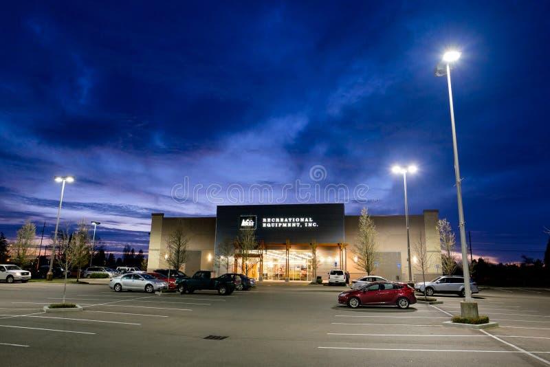 REI Storefront en la oscuridad en Salem Oregon foto de archivo