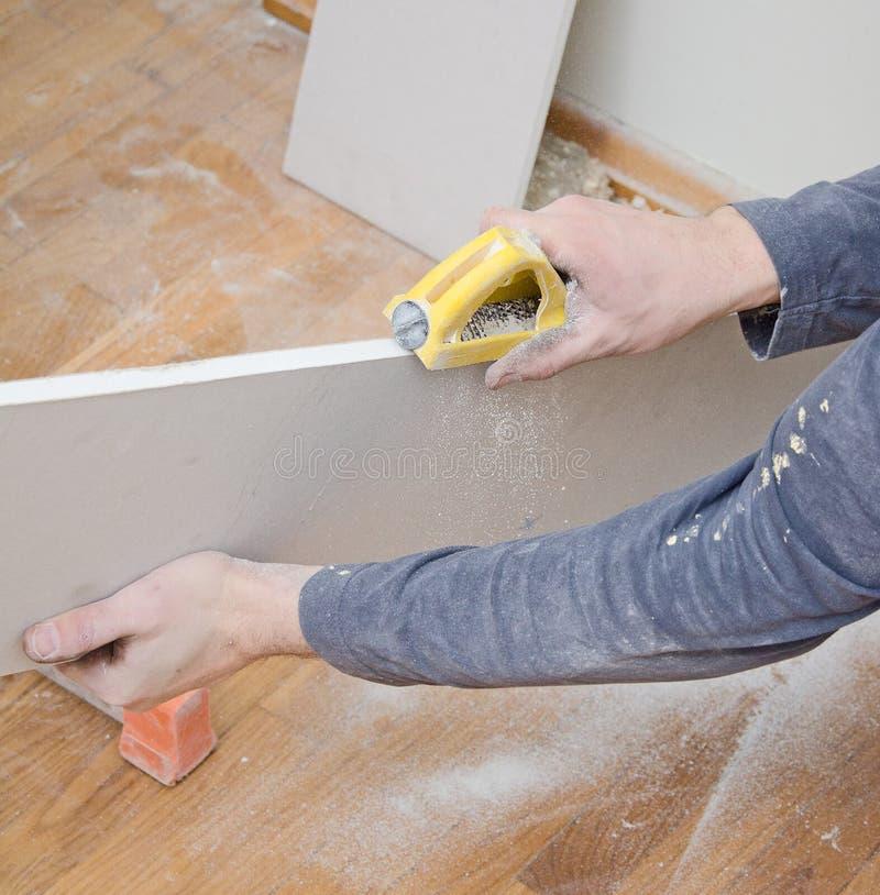 Reibender Gips für das Glatt machen der Oberfläche stockbild