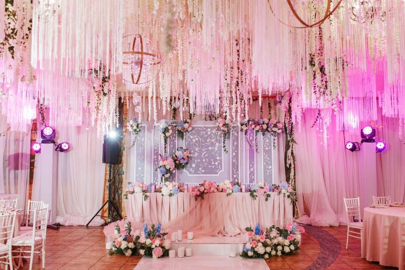 Reich verziert mit Blumen und Gewebeaufnahme für ein Heiratsbankett Pastellrosafarben stockfoto