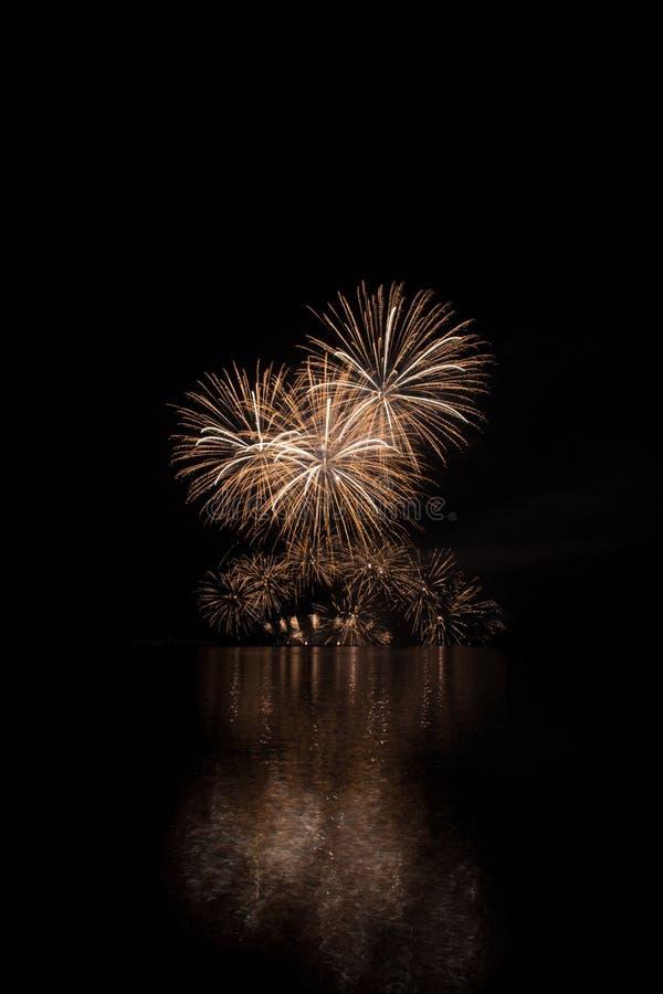 Reiche Feuerwerke des goldenen Regens über Oberfläche von Brnos Verdammung mit Reflexion auf der Oberfläche von See lizenzfreie stockfotos