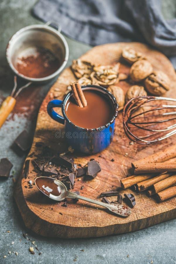 Reiche heiße Schokolade mit Zimt und Walnüssen an Bord machen lizenzfreies stockbild
