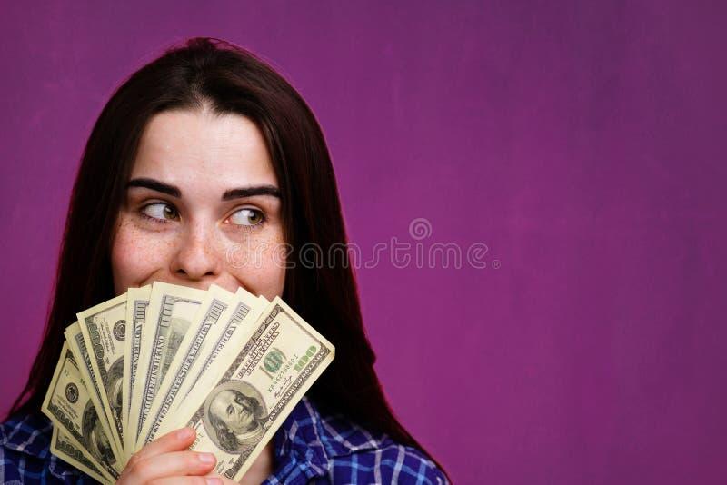 Reiche mit Dollar in den H?nden Gelddisposition stockfotos