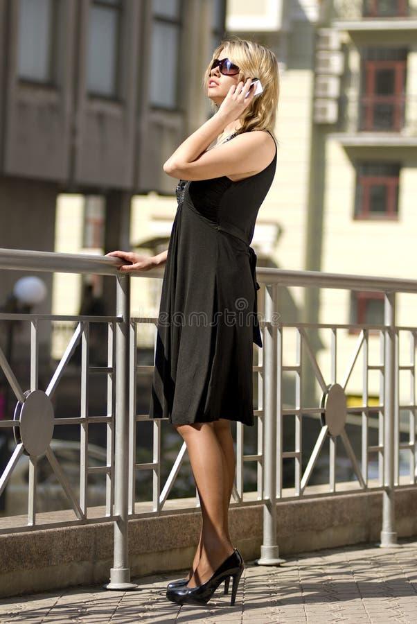 Reiche Stadtfrau stockfotografie