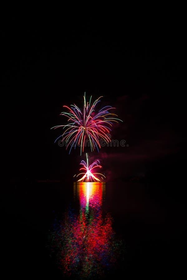 Reiche und bunte Feuerwerke über Oberfläche von Brnos Verdammung mit Reflexion auf der Oberfläche von See stockbilder