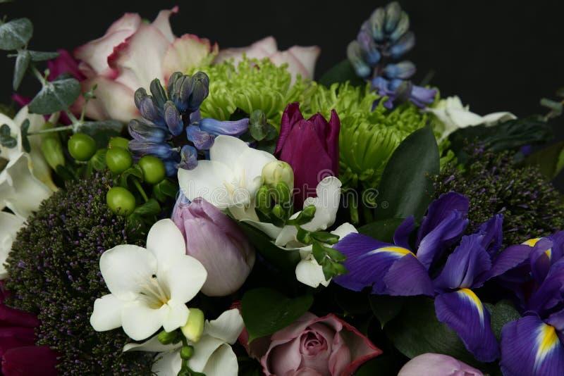 Reicher Blumenstrauß von schicken Blumen lizenzfreie stockbilder
