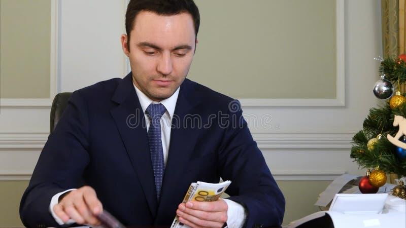 Reicher zählt Geld stockfoto