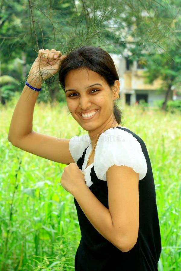 Reiches indisches Mädchen auf ihrem Bauernhof lizenzfreie stockfotos