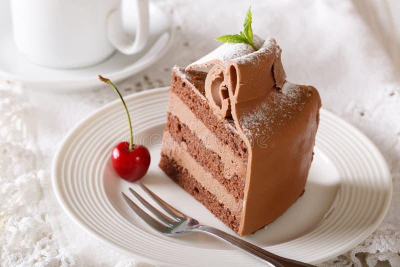 Reiches Stück von Schokolade Torte mit einer empfindlichen Sahnenahaufnahme Ho stockfotos