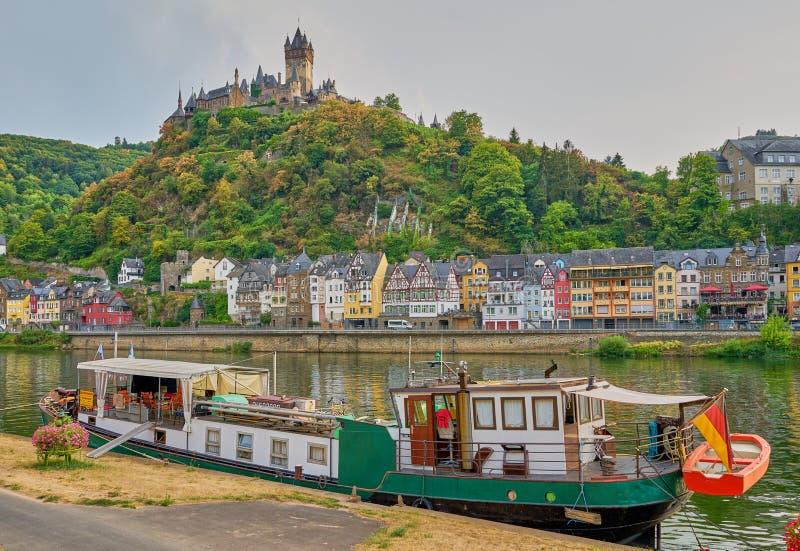 Reichsburg城堡和独特的游艇在科赫姆,德国中世纪村庄  库存图片