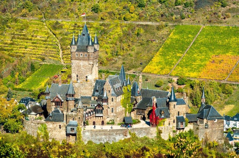 Reichsburg Cochem, den imperialistiska slotten i Tyskland royaltyfri fotografi