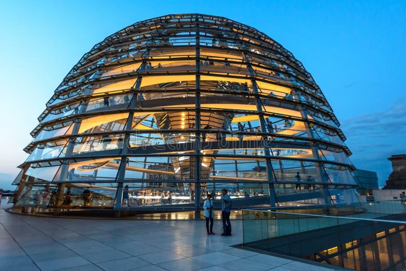 Reichstag圆顶,议会大厦夜视图在柏林,德国,欧洲 库存照片