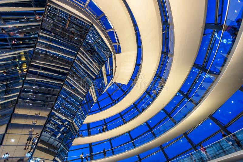 Reichstag圆顶,议会大厦夜视图在柏林,德国,欧洲 免版税库存图片