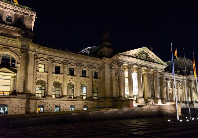 Reichstag圆顶,议会大厦夜视图在柏林,德国,欧洲 免版税库存照片