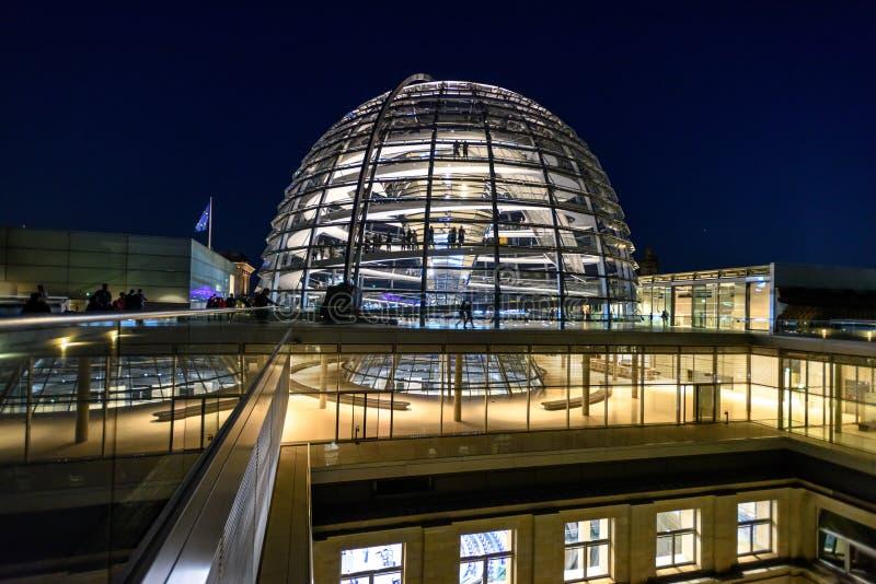 Reichstag圆顶,议会大厦夜视图在柏林,德国,欧洲 图库摄影