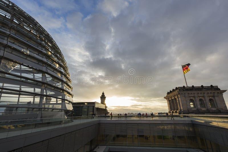 Reichstag圆顶的外部在日落的柏林 免版税库存图片