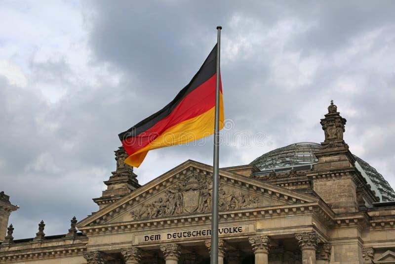 Reichstag大厦在有旗子的柏林 致力文本DEM 库存照片