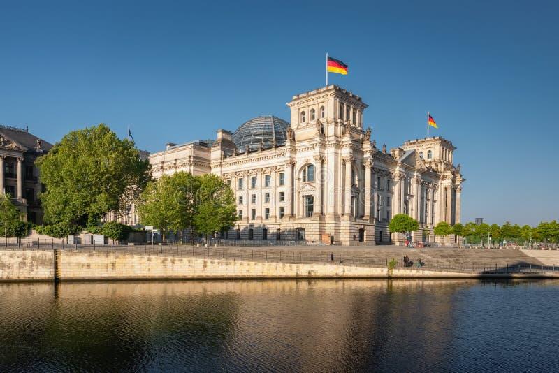 Reichstag établissant la fête allemande de gouvernement et de rivière à Berlin images libres de droits