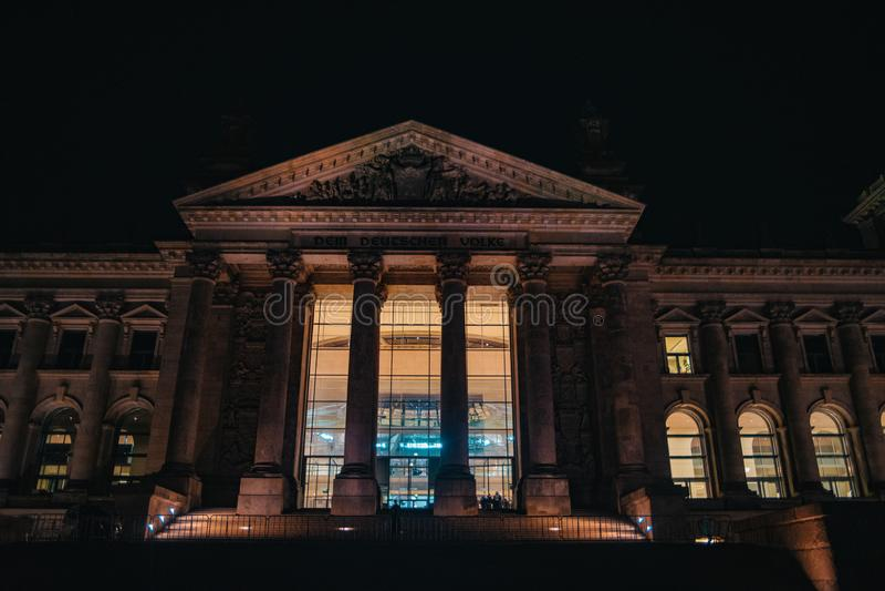 Reichstag στο Βερολίνο, Γερμανία τη νύχτα στοκ φωτογραφία με δικαίωμα ελεύθερης χρήσης