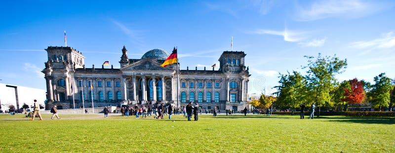 Reichstag Берлин - люди queuing на входе стоковое изображение rf