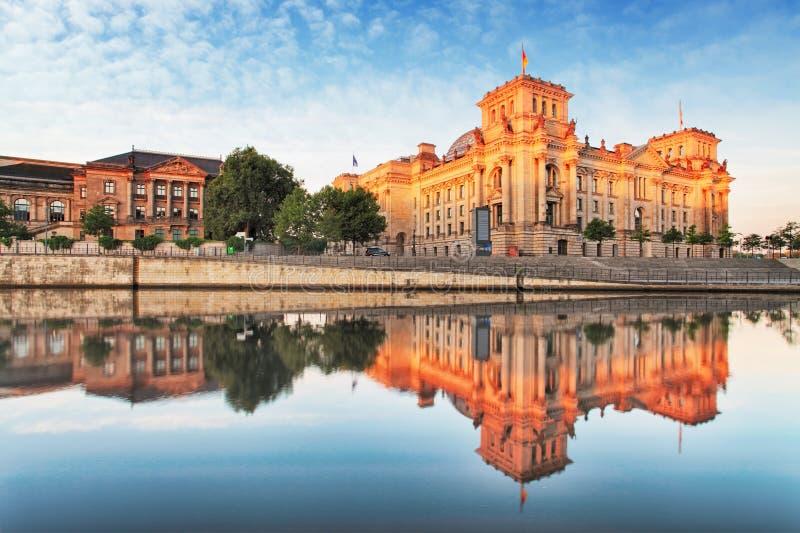 Reichstag с отражением в оживлении, Берлине стоковая фотография