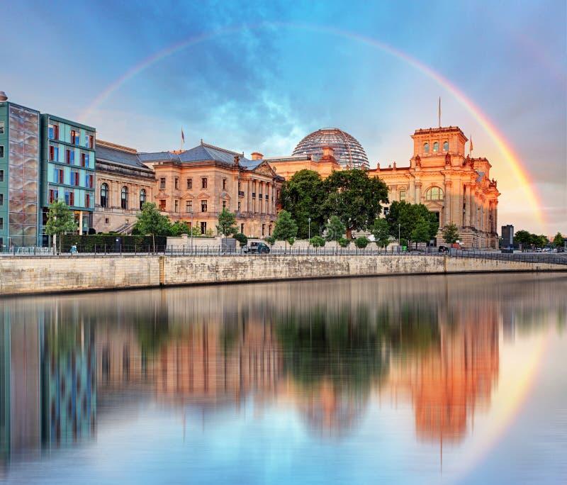 Reichstag с радугой, Берлином стоковые фото