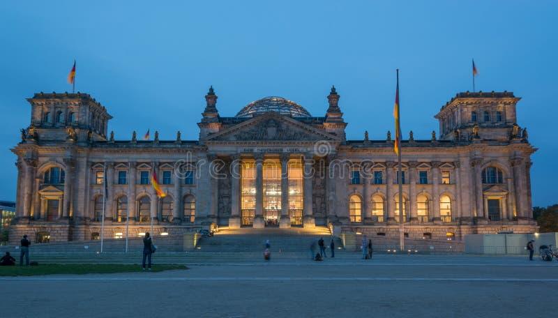 Reichstag Berlín en la noche imagen de archivo libre de regalías