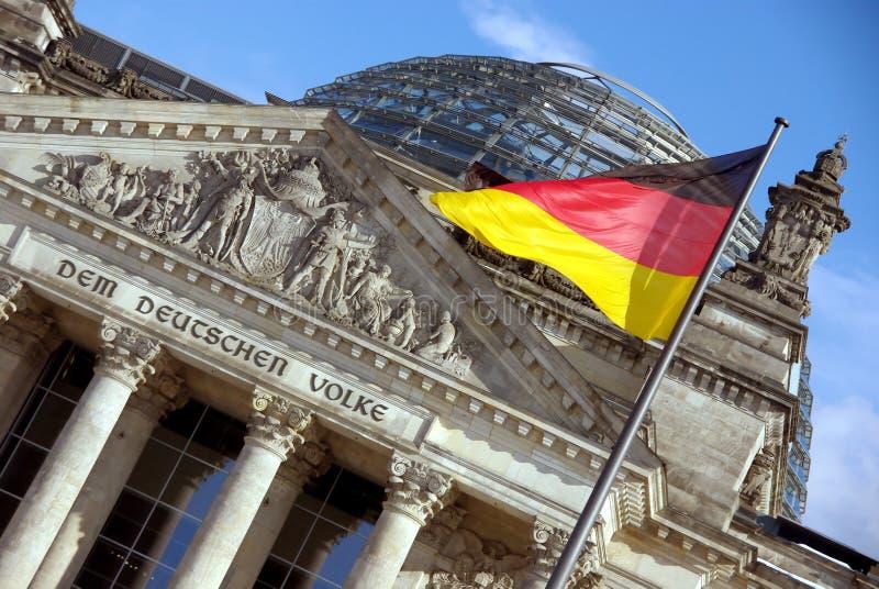 Reichstag com bandeira foto de stock