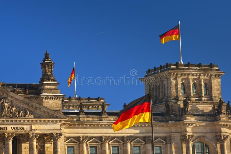 Reichstag com bandeiras alemãs fotos de stock royalty free