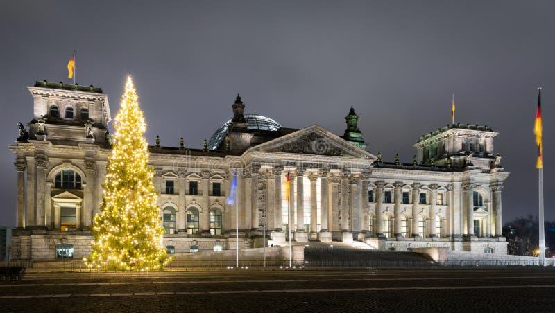 Reichstag en Berlín, con un árbol de navidad durante noche en invierno imagen de archivo