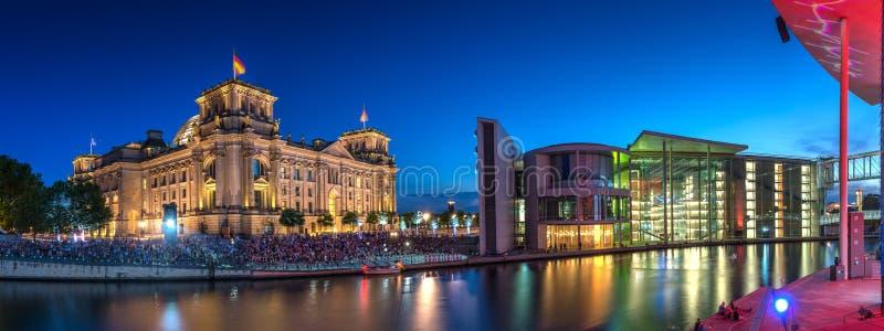 Reichstag en Berlín en la noche fotos de archivo